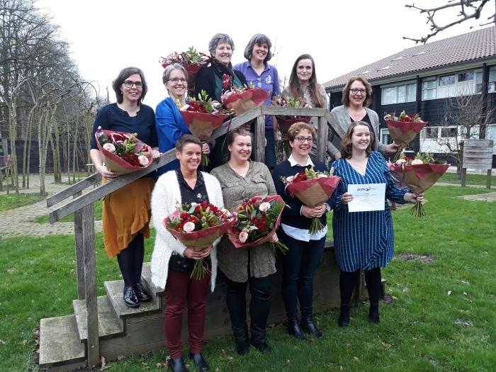 diploma's en bloemen voor GHPers in Moriahoeve