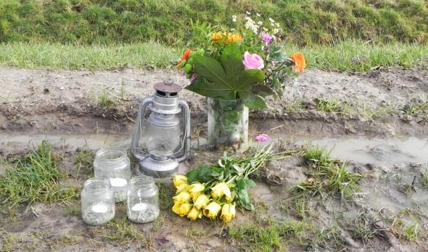 Ter herinnering worden er kaarsjes en bloemen neergelegd op de plaats van het ongeval.