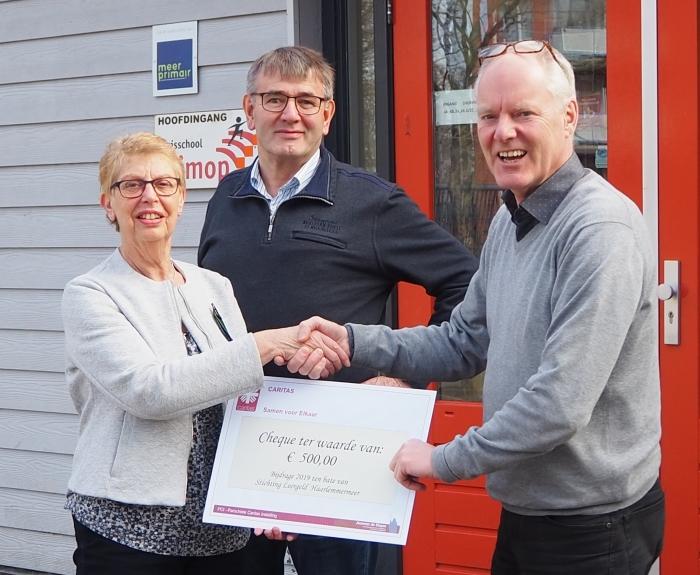 Voorzitter Wil Hand van de PCI overhandigt een cheque van € 500 aan directeur Antoine Peeters van de Klimopschool. In het midden: Peter Rethans, penningmeester PCI.