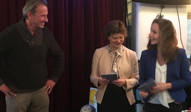 Wethouders Erica Spil en Hilde de Groot ontvangen een Ontdekkaart