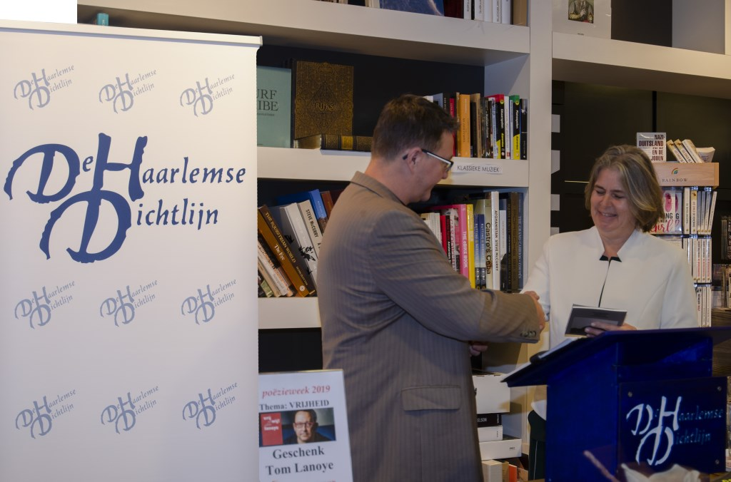Marten Janse overhandigt een exemplaar van de koepelbundel aan burgemeester Astrid Nienhuis Ellen Toledo © BDU media