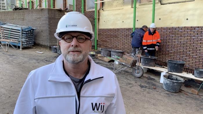 Raadslid Rien van den Hoek neemt een kijkje bij de renovatie van het gemeentehuis.