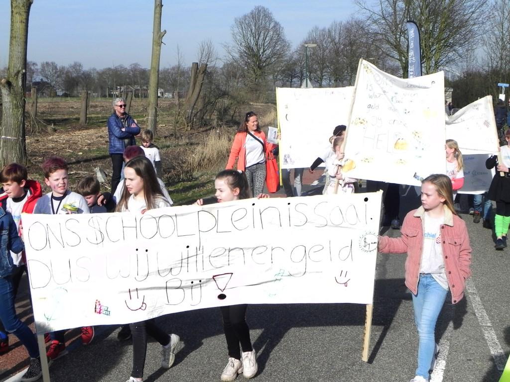 Kinderen van basisschool St-Michiel liepen mee in de tocht om hun ongenoegen te uiten. Richard Thoolen © BDU media