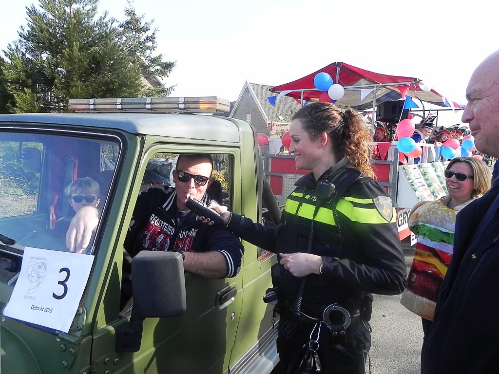 Wijkagent Linda Dalhuisen liet de chauffeurs eerst een blaastest doen. Richard Thoolen © BDU media