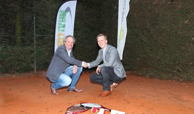 Met een ferme handdruk beklinken Dick Lüschen en Arjen Hop (rechts) het contract.