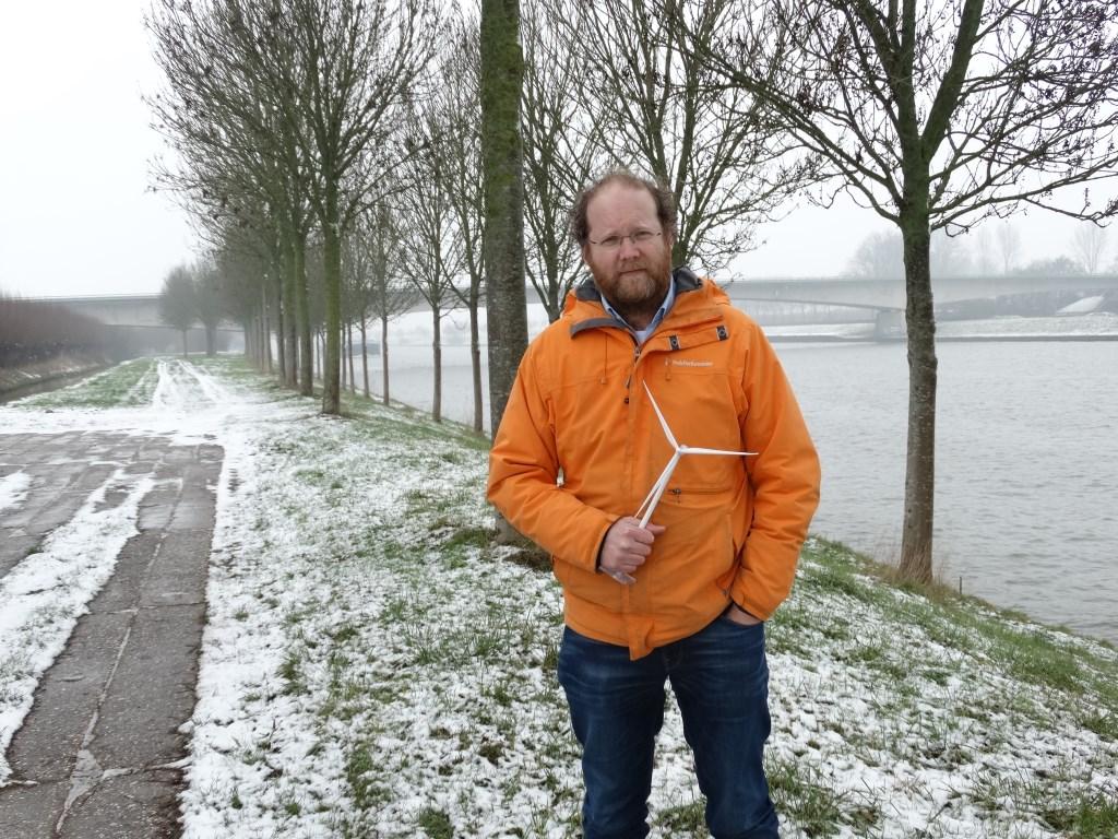 Ruben Berendts aan het Amsterdam-Rijnkanaal. Volgens zijn planning kan windpark Goyerbrug in 2021 worden gebouwd.  Kuun Jenniskens © BDU media