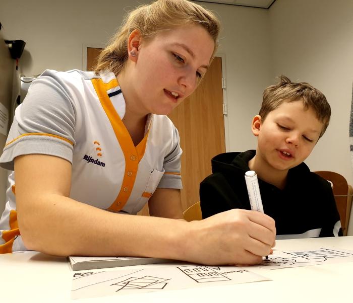 Logopediste Rijndam behandelt afasiepatiënt m.b.v. tekenen i.p.v. te spreken