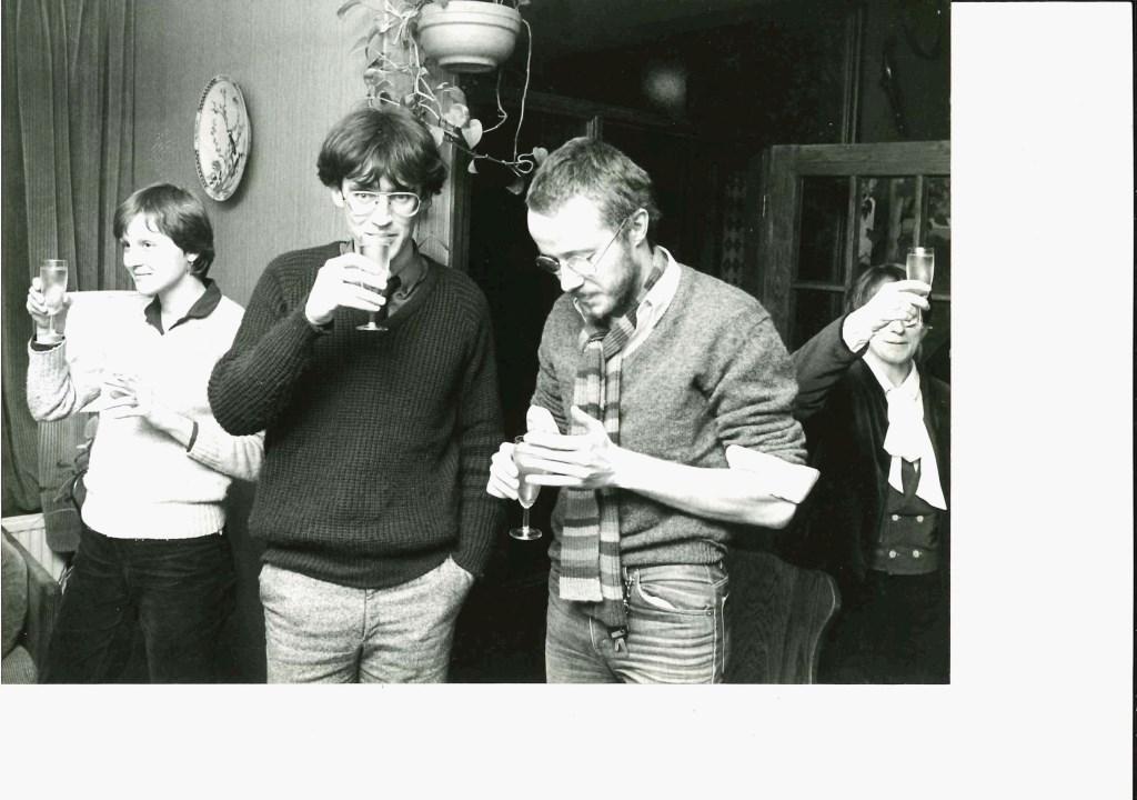 De jeugdige Marnix Kreyns (rechts) samen met de toenmalige collega's Caspar van Loo en Bertien Engelkens.   Archief Leusder Krant © BDU media