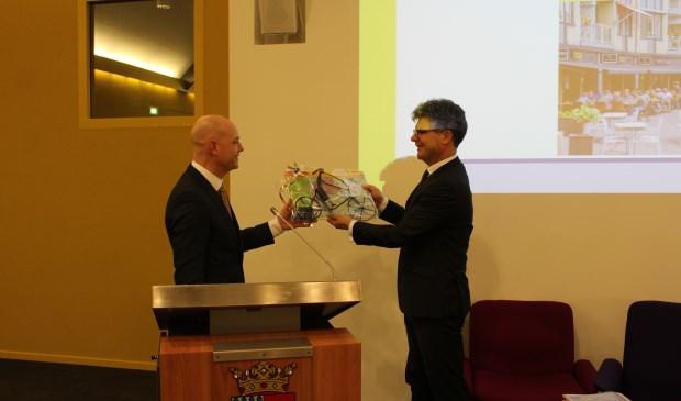 Eef Stiekema overhandigt de profielschets aan CvK Hans Oosters.