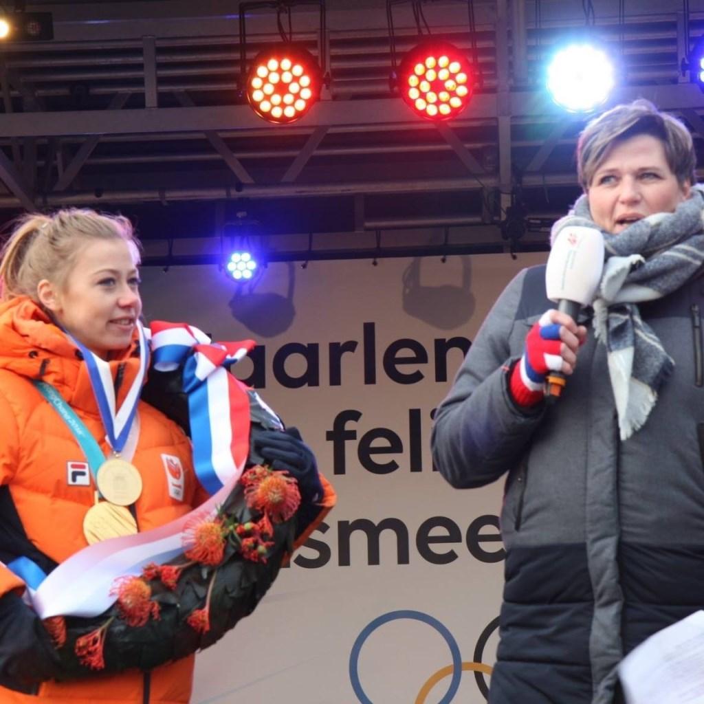 Dorpsraadvoorzitter Wendy Oudshoorn huldigt Esmee Visser.