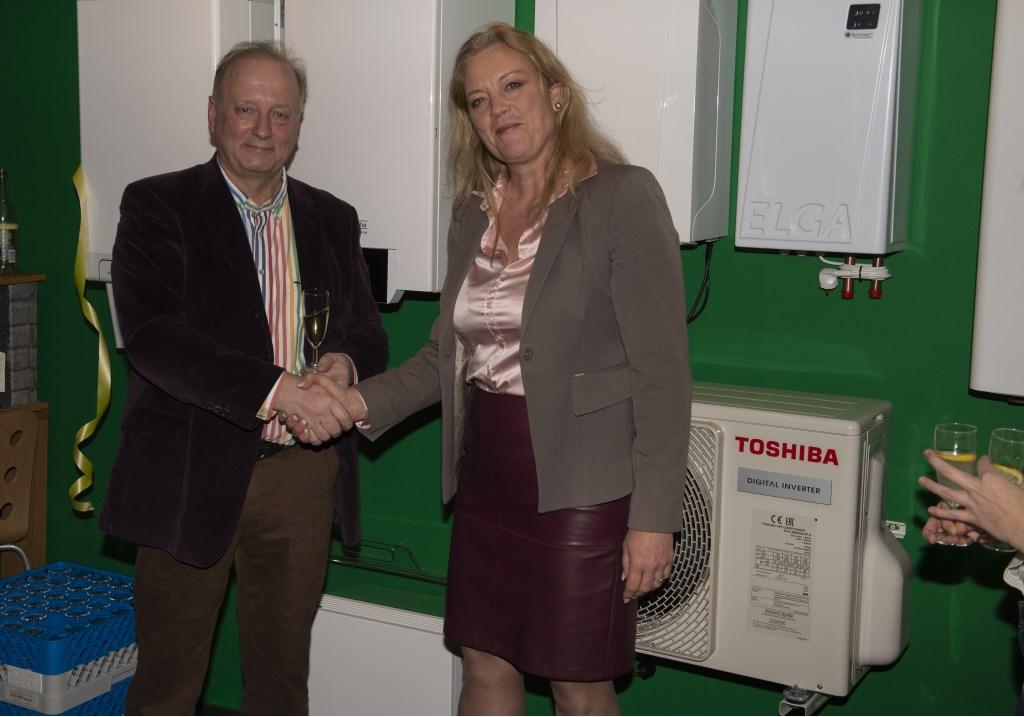 Wethouder Nicole Mulder feliciteert Pieter Reijnders met de opening Ellen Toledo © BDU media