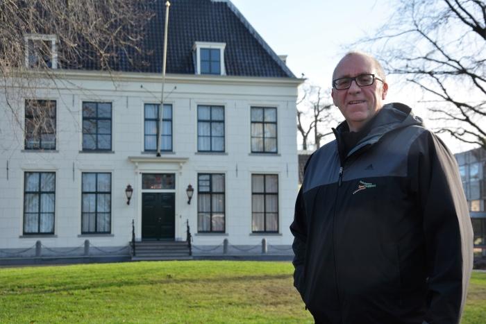 Paul de Bree voor het gemeentehuis in Hillegom