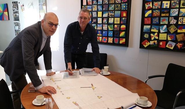 Wethouder Gerrit Boonzaaijer (links) en projectleider Kees van Zutphen buigen zich over de plannen voor de Koenestraat.