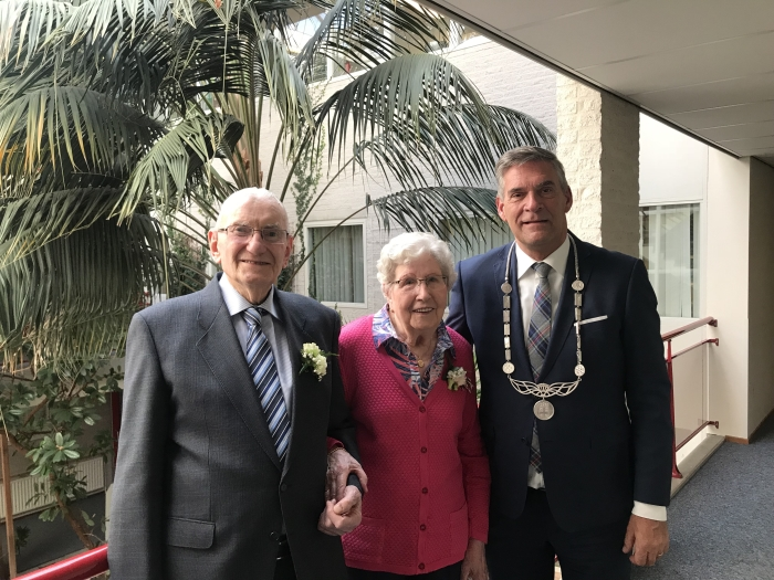 Bruidspaar Bos Schonewille met Burgemeester Naafs