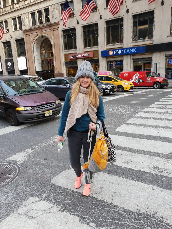 Anne van Huis steekt een kruispunt over in New York. Travelgoodies © BDU media