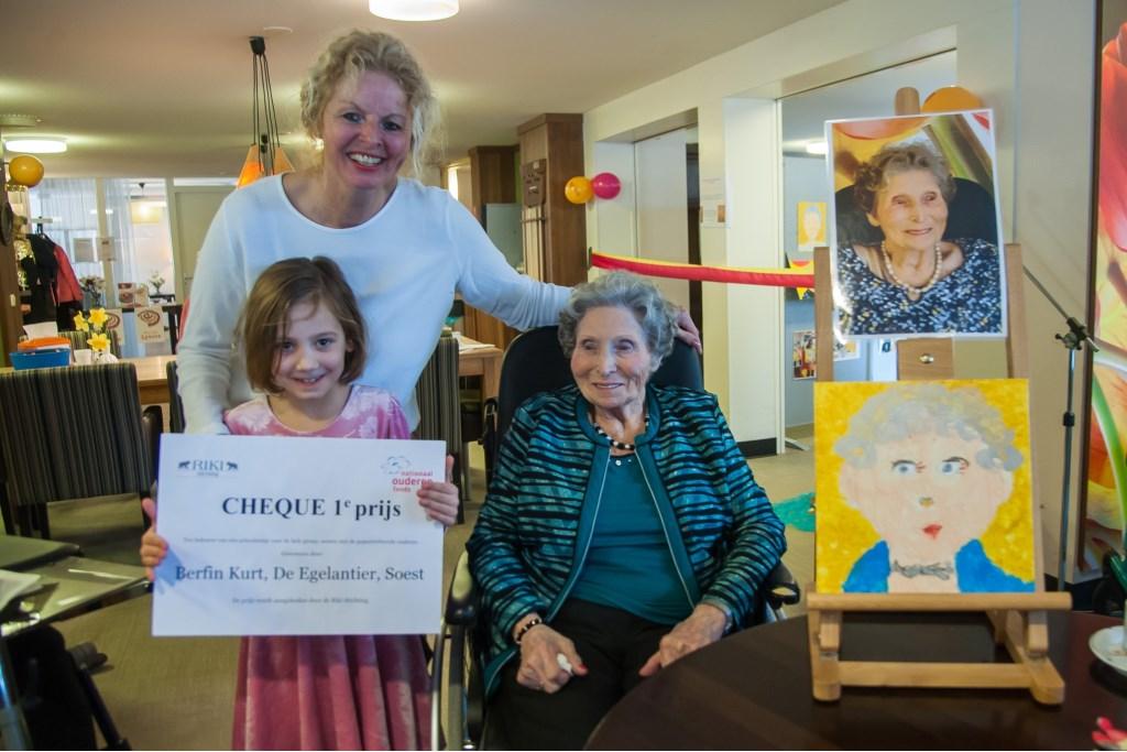 Winnares Berfin Kurt van de portretwedstrijd met  juf Aleida en diens moeder, mevrouw Hoffmann die ze op het doek vastlegde.