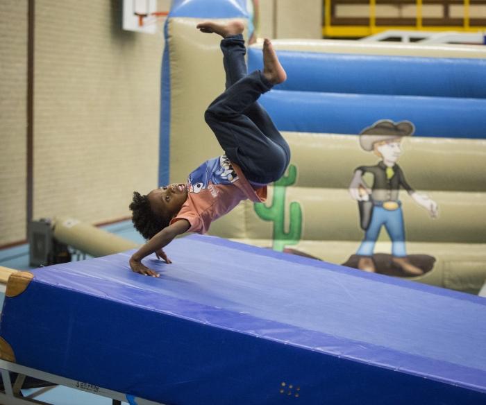 Kind in actie tijdens de SportInstuif