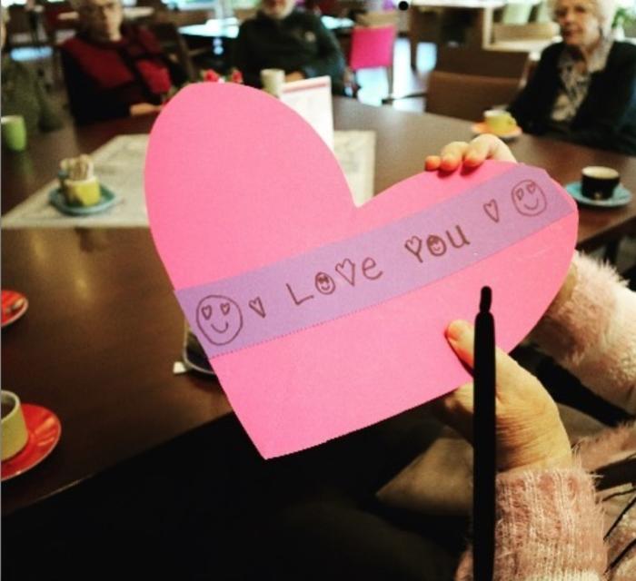 Bewoners zijn blij met de zelfgemaakte Valentijnskaarten  QuaRijn © BDU