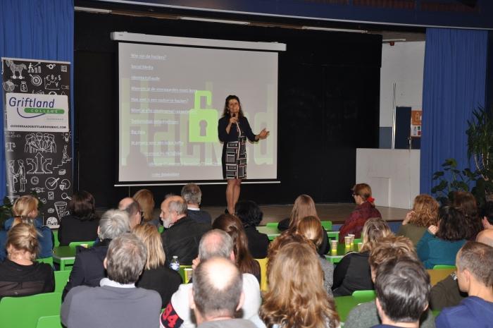 Maria Genova, journalist, vertelt over digitale veiligheid