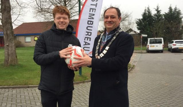 Tom Smeding kreeg een voetbal van burgemeester Gerolf Bouwmeester.