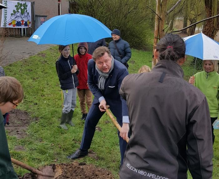Wethouder Kees Kraanen plant de eerste boom voor het voedselbos in Liendert Amersfoort