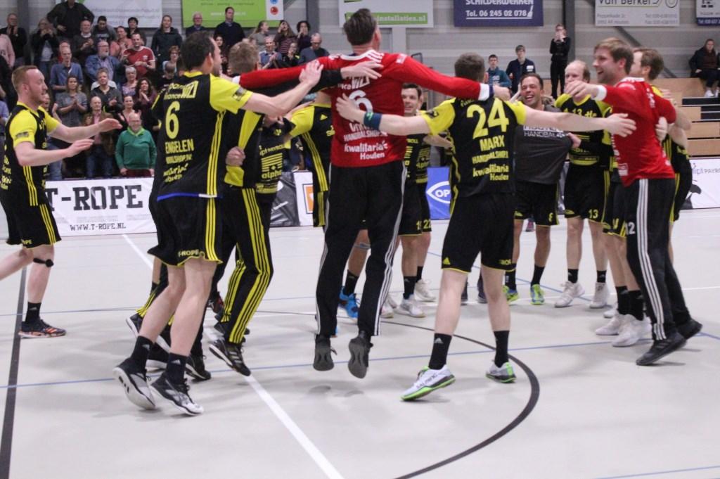 Blij springen de spelers in het rond nadat het laatste fluitsignaal geklonken heeft. Hanna Koops © BDU media
