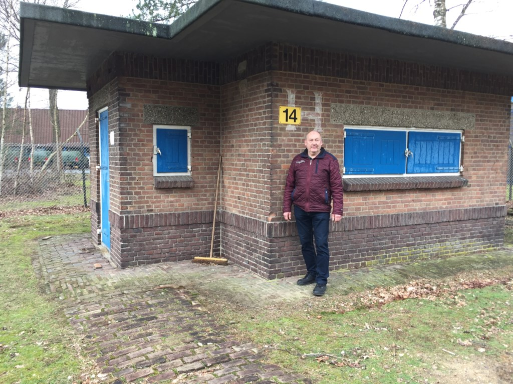 Van Ginkel toont de barak van het executiepeloton. Frits van Breda  © BDU media