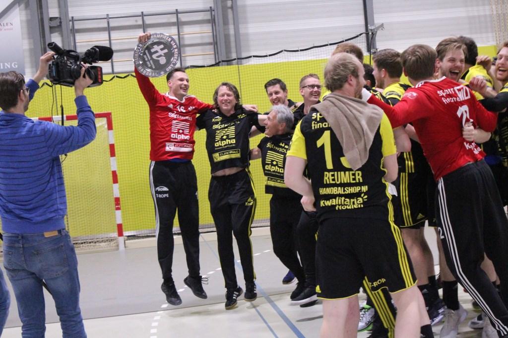 Keeper Harmen Voogt houdt de kampioensschaal omhoog. Omroep Houten legt het vast op film. Hanna Koops © BDU media
