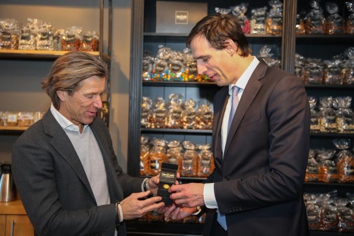 uitreiking gouden pepernoot aan minister Wopke Hoekstra door eigenaar Van Delft Oscar de Lange
