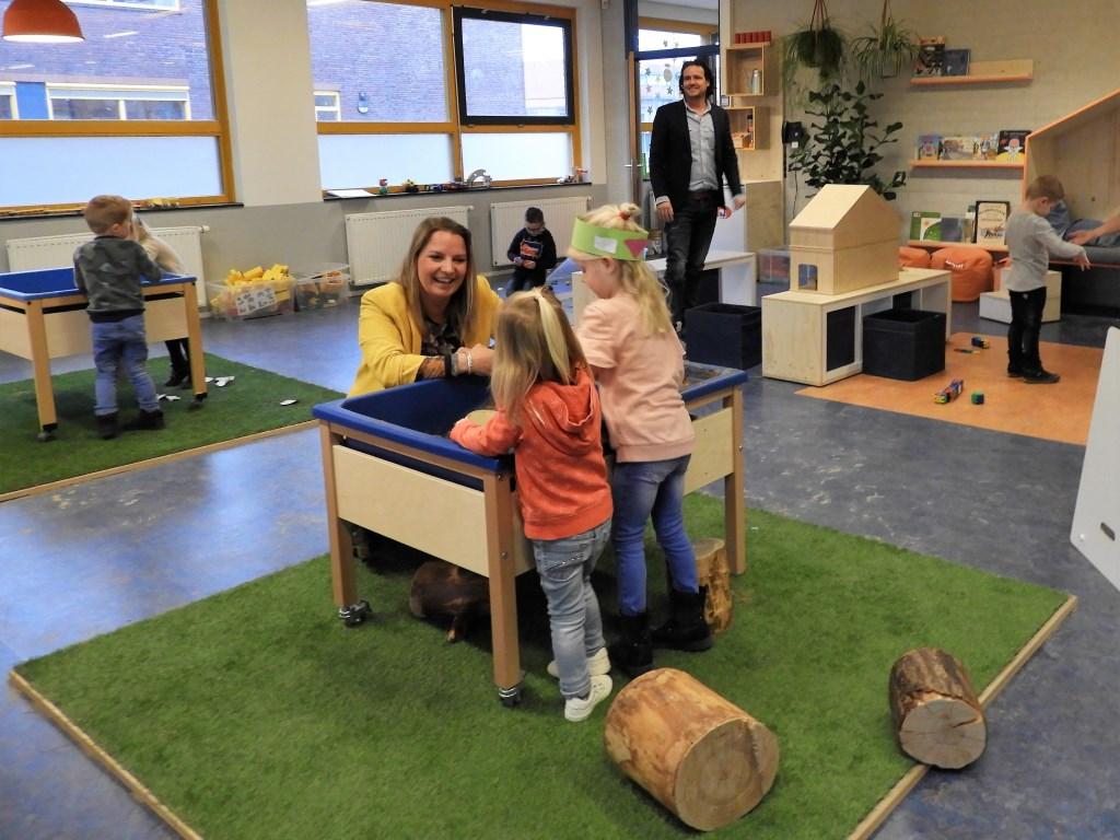 Adjunct-directeur Rosanne Korenhoff en directeur Michel de Zwart in het lokaal van het nieuwe Kleuter Speel- en Leerplein.