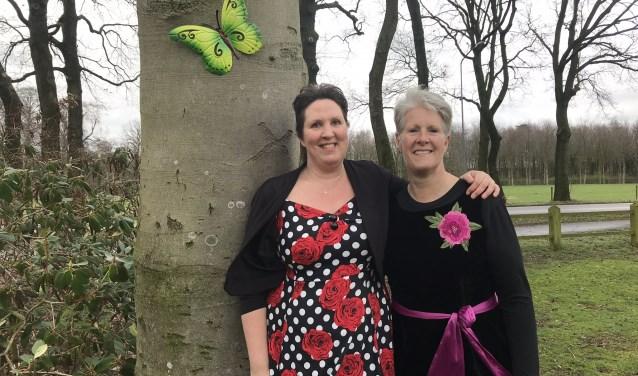 """Ellen Heitmeijer en Diana Kalfs bij de lievelingsboom van Henny op landgoed Kernhem. ,,Zo is ze er toch een beetje bij."""""""