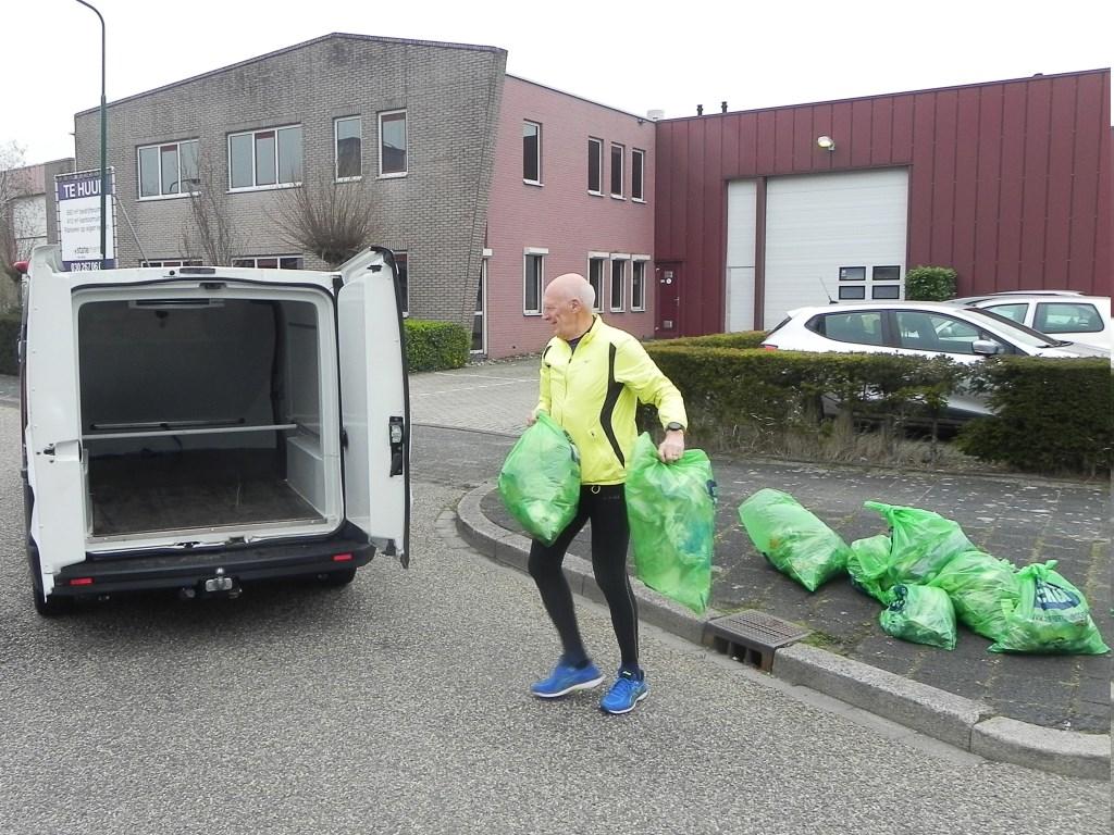 Harry van der Graaf haalde alle zakken met vuil met een busje op.  Richard Thoolen © BDU media