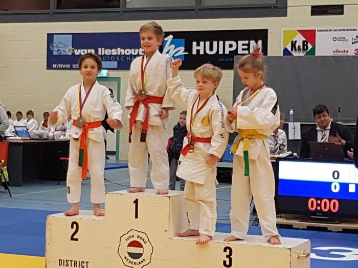 Judoka Viann de Groot (links op de foto) wint zilver bij Noord-Hollands kampioenschap