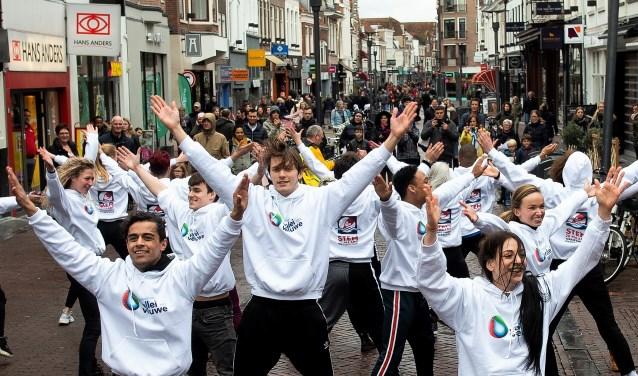 De flashmob in de Langestraat in Amersfoort.