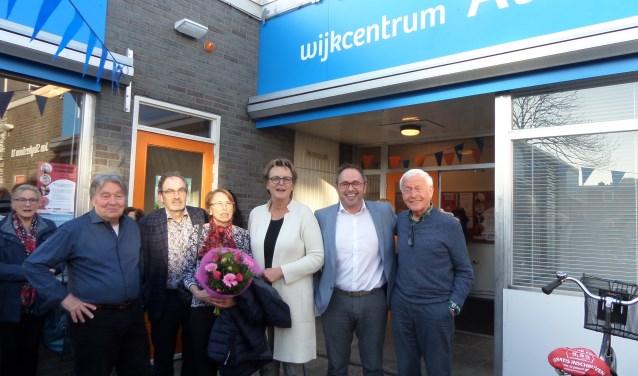 Wethouder Meijs, met de witte jas,  bij de onthulling van de nieuwe naam van Wijkcentrum Alleman in de Jan Sluyterslaan.
