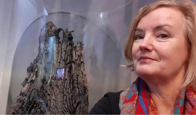 Elise van Melis met fossiele boomstronk.