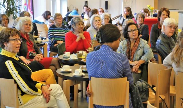 Een gemêleerd gezelschap van dames bezocht vrijdag het buurtcentrum van het Westhoffhuis in Lunteren, waar wethouder Willemien Vreugdenhil een betoog hield.