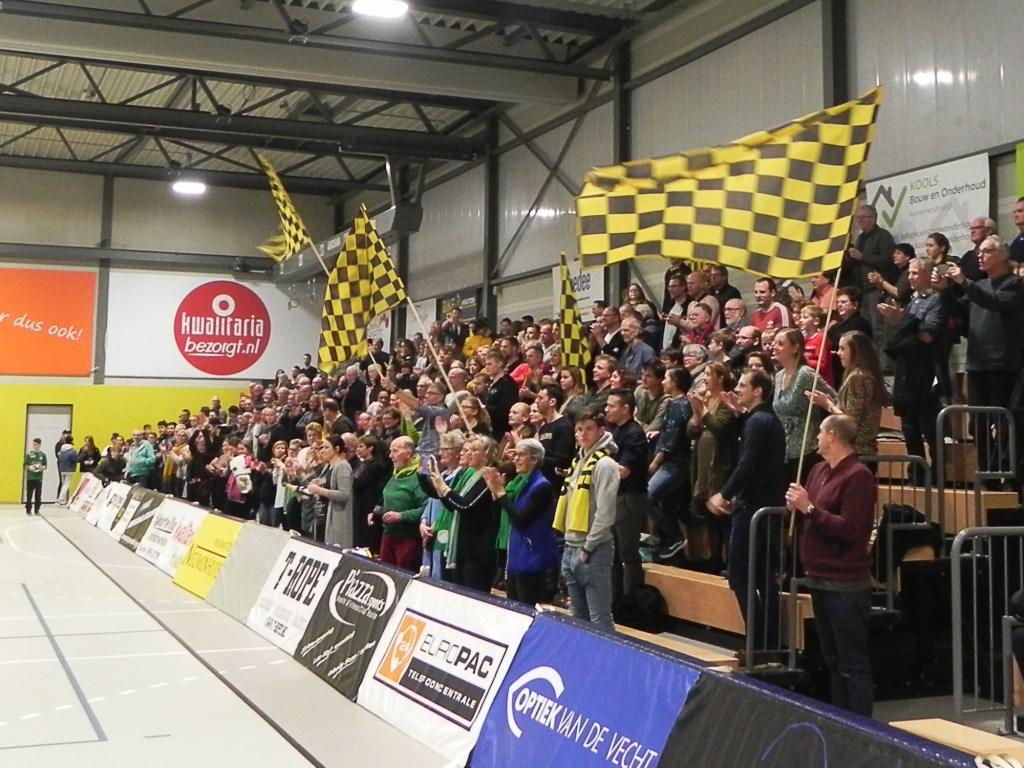 Van de trouwe supporters krijgt het gehele team en begeleiders een staande ovatie. Richard Thoolen © BDU media