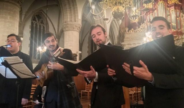 Het Camusette Consort verzorgt een concert.