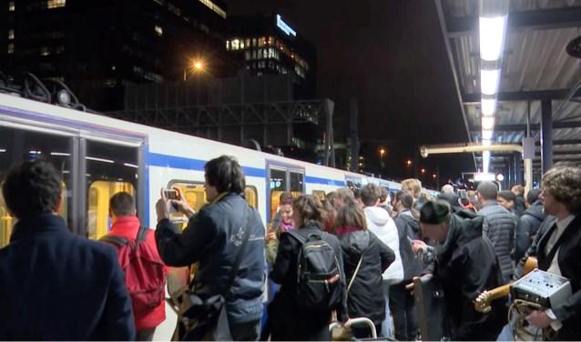 Bij het afscheid van tram 51 was het zaterdag druk, bij bus 55 was het maandag zelfs nog drukker.