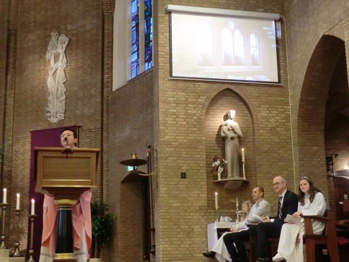 De inzegening van de kapel, was de parochianen ook te zien op een groot scherm n.v.t. © BDU media