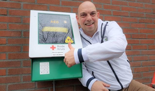Jeroen Balk, steekt zijn duim op voor wie gaat voor een Hartveilig Houten