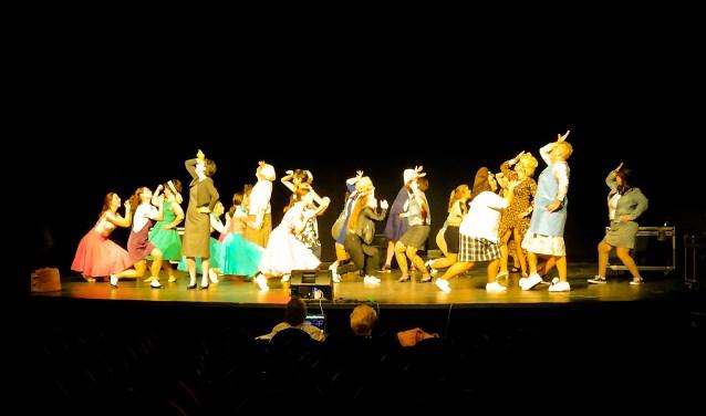 De cast repeteert hard aan Hairspray de Musical.