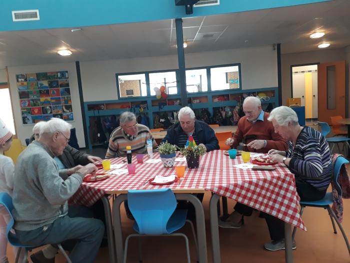 De senioren laten zich de pannenkoeken goed smaken.