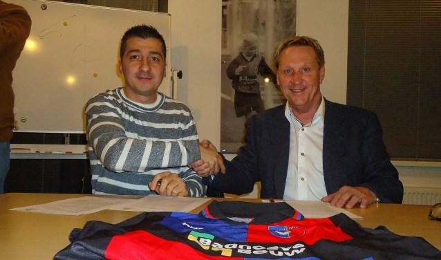 Simsek (links) in betere tijden bij vv Zwanenburg, bij het tekenen van zijn contract in 2015.