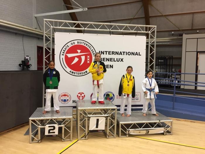 1e plaats Eline Unruh en 3e plaats Anniek de Jong U10 -33 kg PR Kenamju Karate © BDU media