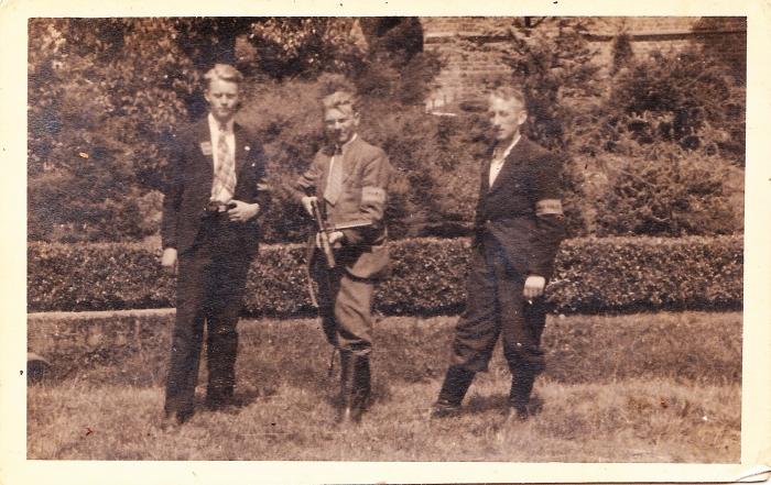Drie leden van de NBS Achterveld. In het midden Karel van Ginkel met een stengun.