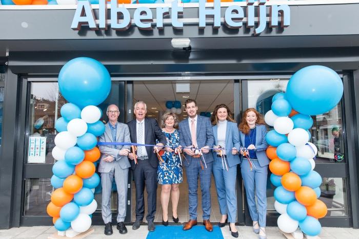 Drie generaties van familie Zwetsloot openen hun vernieuwde Albert Heijn. V.l.n.r. Karel (2e generatie), Carlo en Ingrid (3e generatie), Kai, Marit, Lisan (4e generatie).