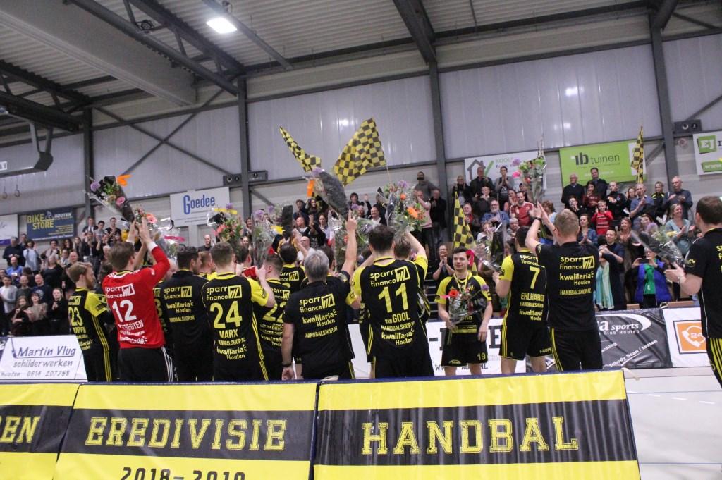 De spelers bedanken het publiek voor hun steun. Hanna Koops © BDU media
