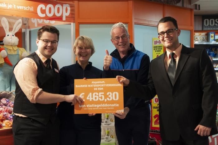 Supermarktmanagers Erik Doets en Christiaan Bos reiken de cheque uit aan voorzitter Bert Kranendonk en secretaris Sonja Witte van BWV De Eem.